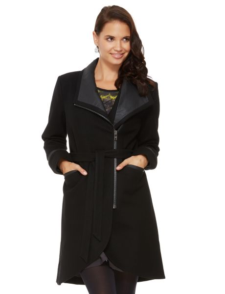 A fitted, knee length coat with a scoop hem at the back. This wool blend coat features a modern and chic contrast PU trim collar and PU trim details with a waist tie for added shape, front pockets and a exposed metal zip closure. #NewandNow