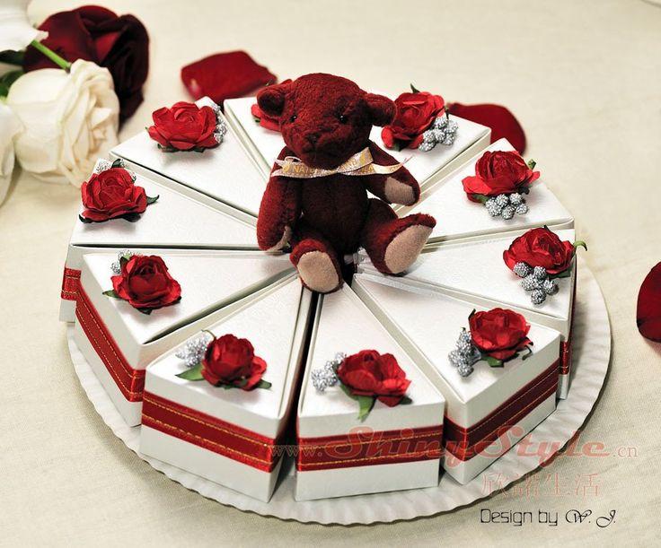 Oi... Como estão?     Que tal aprender e fazer um bolo falso de papel para enfeitar sua festinha?     Segue muitos exemplos...     B...
