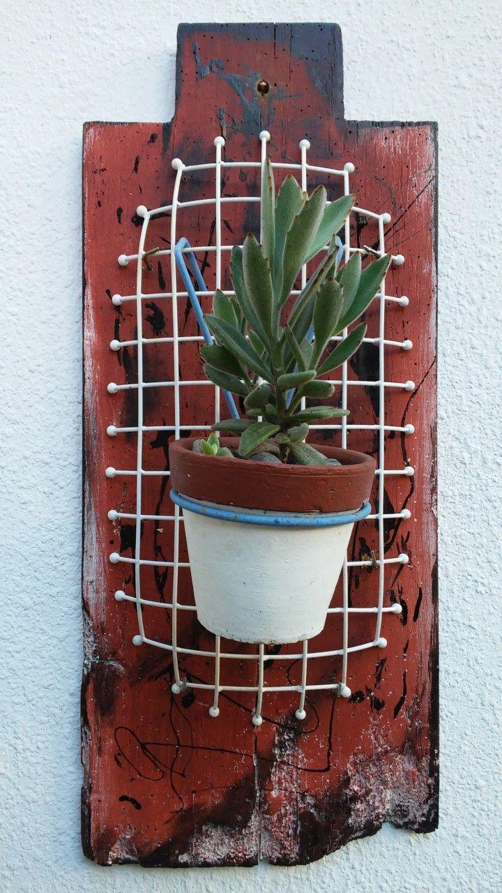 Macetero de pared, realizado con una placa de madera de descarte para transformarlo en un objeto artistico,  pensado para colocar uno o varios porta macetas colgando.  Las medidas son de 70 cm de alto x 30 cm de ancho.