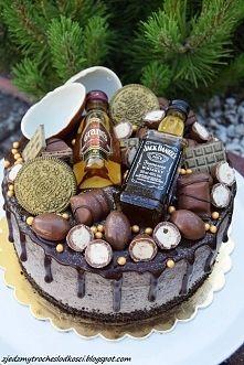 Zobacz zdjęcie Tort z mini Whisky i kinderkami. W środku frużelina truskawkowa i krem Oreo.