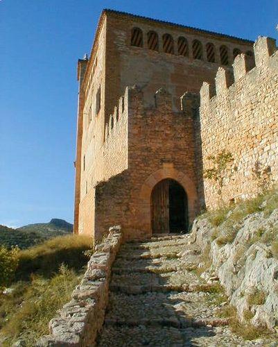 """CASTLES OF SPAIN - El castillo de Alquezar es un conjunto religioso-militar, que surgió como fortaleza musulmana erigida a principios del IX por el caudillo Jalaf-Ibn-Asad, en función de cabecera de un waliato independiente de la cora oscense, justo en la frontera con territorios cristianos. De ahí su nombre: """"Al-Qasr Banu Jasaf"""", o """"castillo de los descendientes de Jasaf"""". Fue reconquistado en 1067 por Sancho Ramírez .(Sancho I de Aragón y V de Pamplona)."""