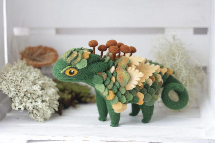 Alena Bobrova é uma designer gráfico, ilustradora e artesã russa de São Petersburgo que adora criar esculturas de feras mágicas com seus materiais favoritos: lã, gemas naturais e conchas do mar. Peças que chamam atenção...