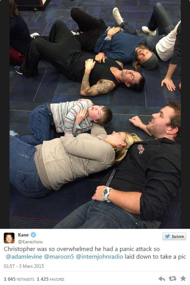 Pour rassurer ce fan trisomique pris d'une crise de panique, le groupe Maroon 5 s'allonge au sol avec lui