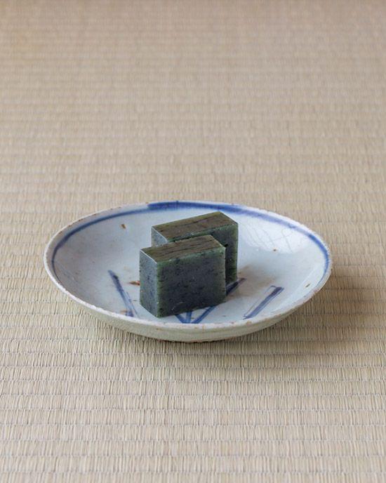 菓=蓬羊羹/越後屋若狭(本所) 器=呉須扇文皿 明時代末