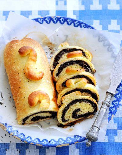 Dit rolletje met een mooie, donkere spiraal in het midden is gebaseerd op het klassieke recept voor beigli, hét traditionele gebak in Hongarije. De lange rollen zijn meestal gevuld met een mengsel van walnoten of maanzaad, honing en rozijnen en soms jam. De lekkernij wordt het hele jaar bij feestelijke gelegenheden in kleine plakjes geserveerd. … (Lees verder…)
