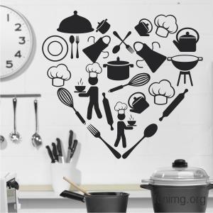 Декор стены кухни трафаретом или наклейкой в виде сердца и столовых приборов