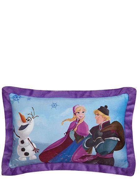 Frozen-aiheisessa sisustustyynyssä seikkailevat Anna, Kristoff ja Olaf-lumiukko. Ihanan pehmoisen tyynyn mitat ovat 28 x 42 x 7 cm. 100 % polyesteriä. Käsinpesu.