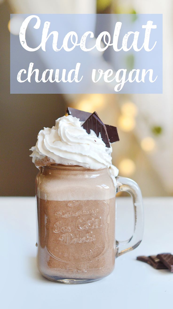 Chaud, onctueux et bien chocolaté … Je suis la seule à rêver d'un bon chocolat chaud vegan quand il fait froid dehors ? Voici comment le préparer au blender !