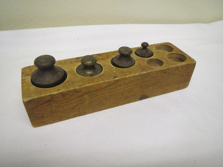 Vanha punnusteline ja punnukset, ison punnus 200 gr, kaksi 100 gr:n ja yksi 50 gr punnus. Käytön jälkiä.  Telineen koko 17 x 5 cm, korkeus 3,5 cm.  20 euroa.