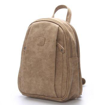 #novinka Jedinečný menší taupe batoh Enrico Benetti. Je měkký (semišový dojem), má dvě hlavní prostorné kapsy, ve který jsou menší kapsičky na drobnosti.