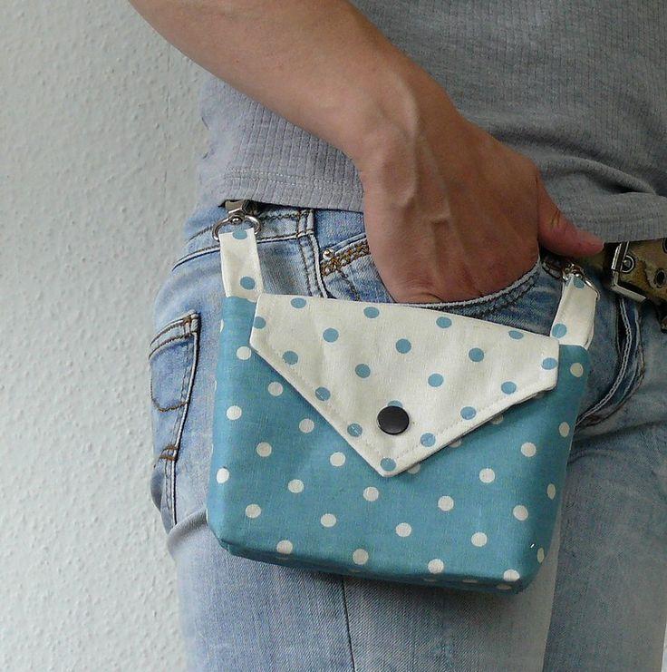 Wie süß! Diese kleine Tasche hängt von Ihrem Gürt …