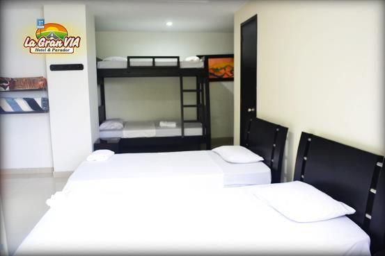 Habitación 4 Personas: 2 camas de 1m y camarote: $104.000, Tv, mesa de noche, citofono y baño privado.