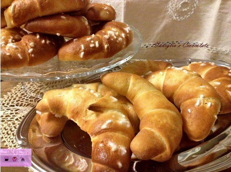 I croissant dolci con lievito madre, per una colazione raffinata o una sana merenda per la scuola dei bambini. Ricetta semplice e veloce... da provare !!!