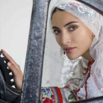 Caterina Murino veste l'abito da sposa delle donne di Busachi