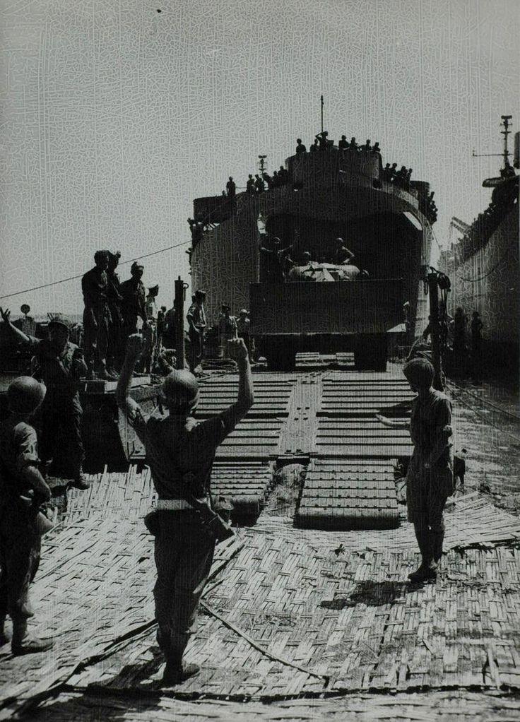 De Nederlandse mariniersbrigade landt op het strand van Pasir Poetih aan het begin van de eerste politionele actie, Oost-Java Indonesië, 21 juli 1947. een tankdozer (kruising tussen tank en bulldozer rijdt vanaf het troepentransportschip het land op.
