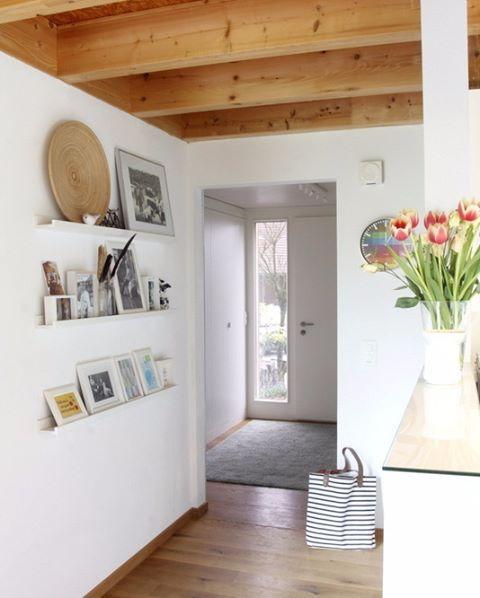 Unsere auswechselbare Bilder- und Krimskramswand auf schmalen Bilderleisten#Flur #Bilderwand #Tulpen #Holzhaus #Sichtbalkendecke #Mosslanda #IKEA #Wallart