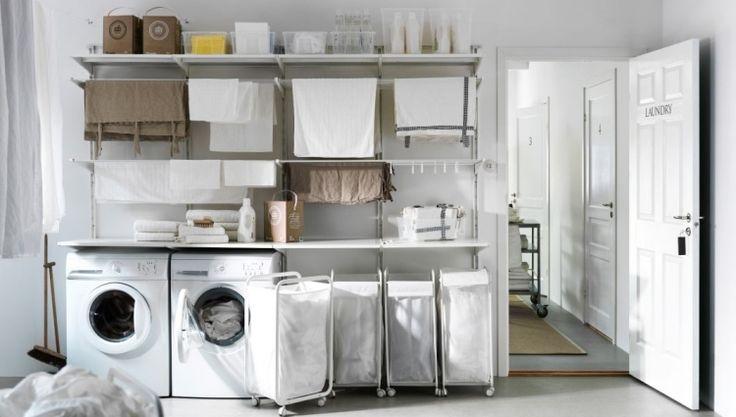une machine à laver et un sèche-linge en blanc dans la buanderie