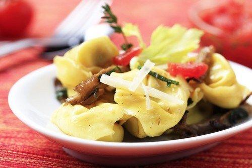 Салат с ветчиной, тортеллини и грибами