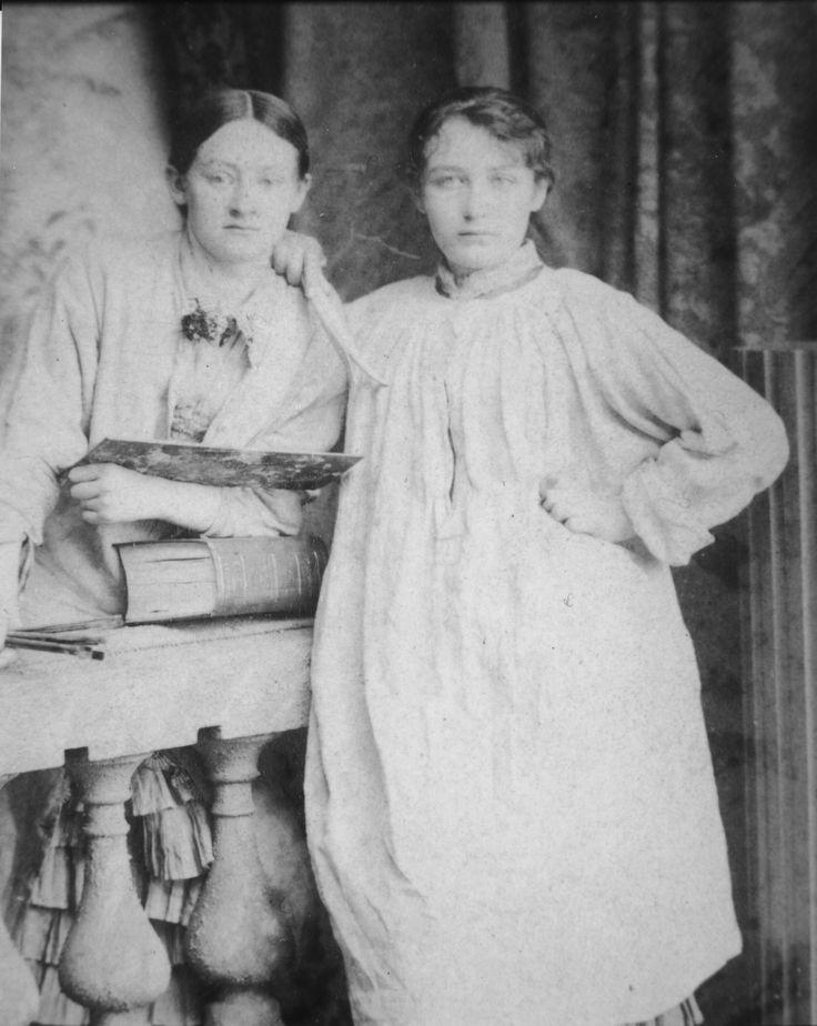 Camille Claudel en blouse de travail