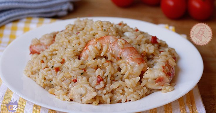 Il risotto gamberi e pomodorini una ricetta facile e gustosissima per un primo piatto che è un classico per tutte le cene.