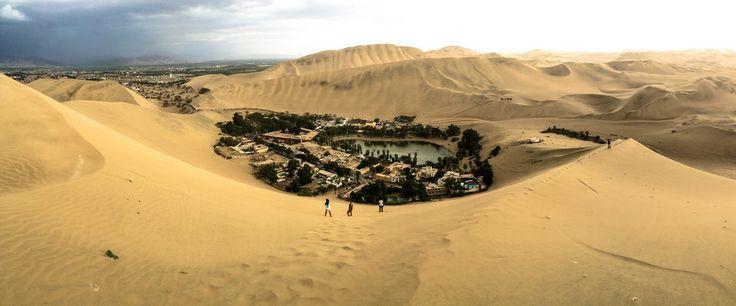 Táto oáza je Huacachina , ktorý sa nachádza uprostred púšte blízkosti Ica, Peru. Mesto je postavené okolo malého prírodné jazero v púšti, obklopený pieskom ...
