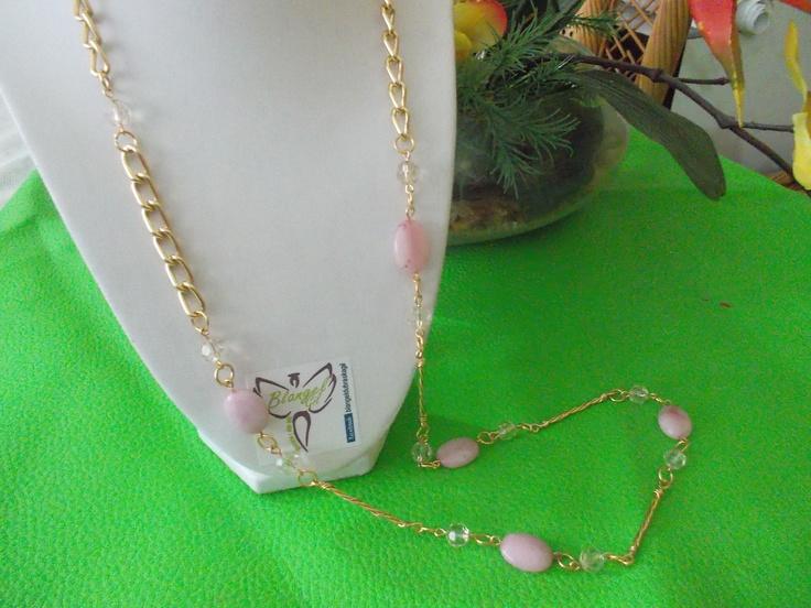Collar elaborado con gold field, curaso rosado y cristtales