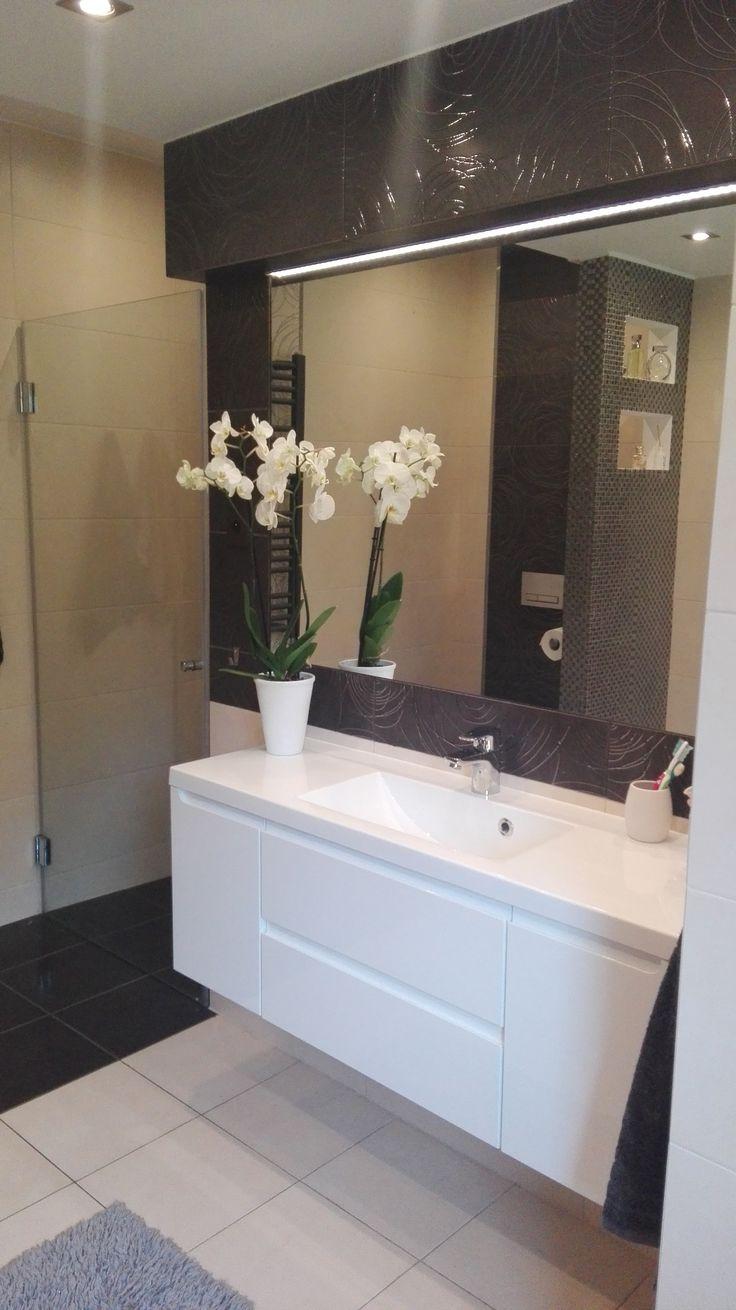 Białe meble pasują nadają łazienkom elegancji, dodatkowo frezowane uchwyty nadają wnętrzu nowoczesności.