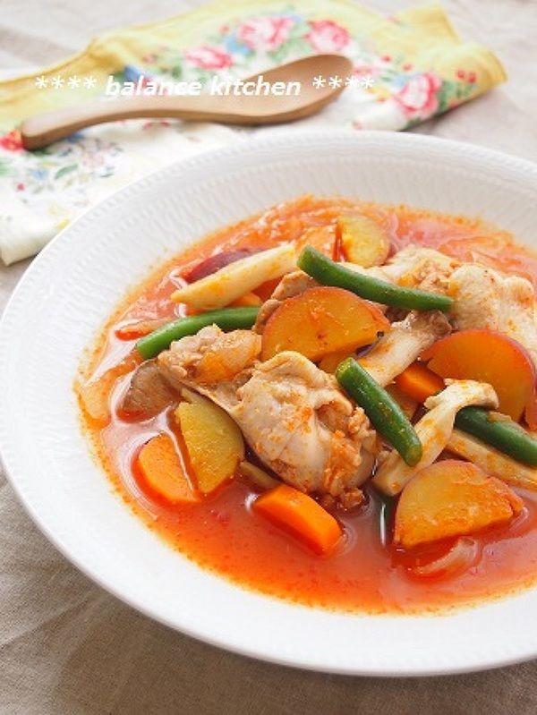 いつものもいいけれど♪ちょっぴり変わったシチューレシピ7選 - macaroni ▶4.鶏手羽元とさつまいものトマトシチュー