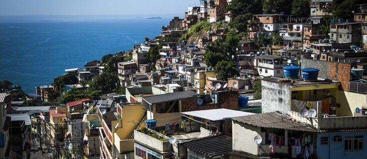 Vidigal atrai moradores ilustres e ganha status de favela chique ---  O contraste da bela vista com os problemas de infraestrutura na Favela do Vidigal, na Zona Sul do Rio Foto: Fabio Seixo / O Globo