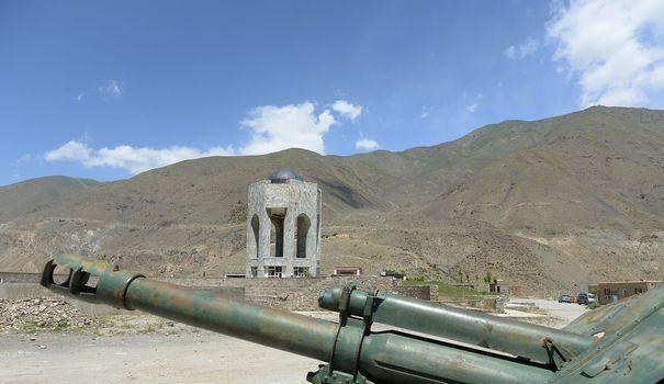 Afghanistan: la vallée du Panshir rêve d'un nouveau Massoud Un char de fabrication russe hors d'usage devant la tombe de commandant Massoud, dans la vallée du Panshir,assassiné le 9 septembre 2001l