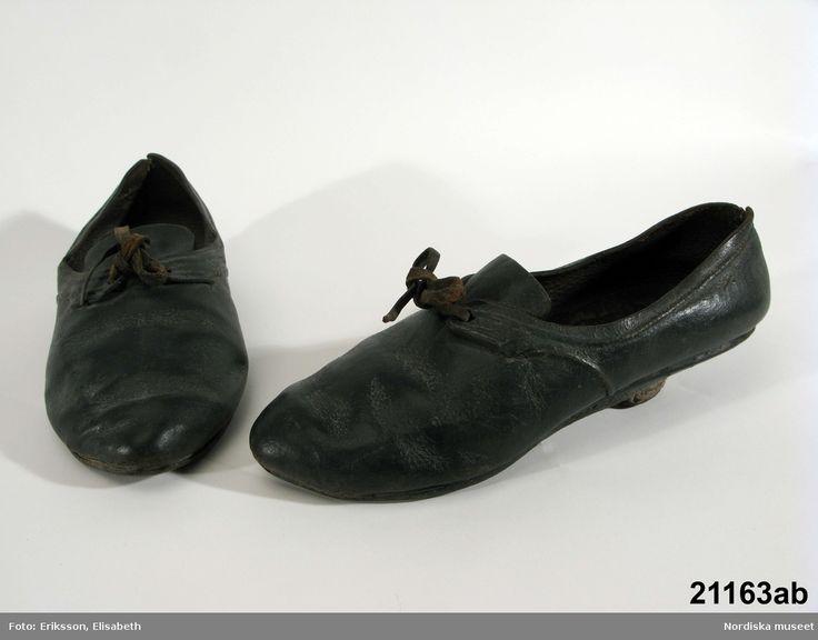 Enligt uppgift brudskor, använda i Skytts härad ca 1780-1800. Nordiska Museet, nr. NM.0021163A-B