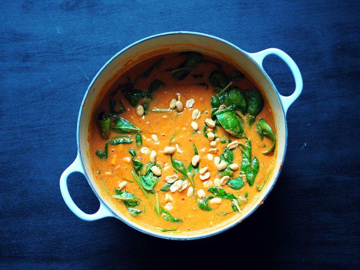 """Peanøttsuppe, eller """"groundnut stew"""" som det er mer kjent som, har sin opprinnelse i Vest-Afrika. Det er store variasjoner fra region til region, men felles for dem er en tomatisert… Les mer"""