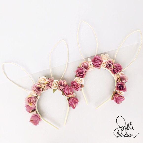 df57fc272 Tiara Floral com Orelhas de Coelho. Tiara toda forrada com fita de gorgurão  e com rosas finas. Medidas das Orelhas  6cm (Largura) x 15cm (Altura).