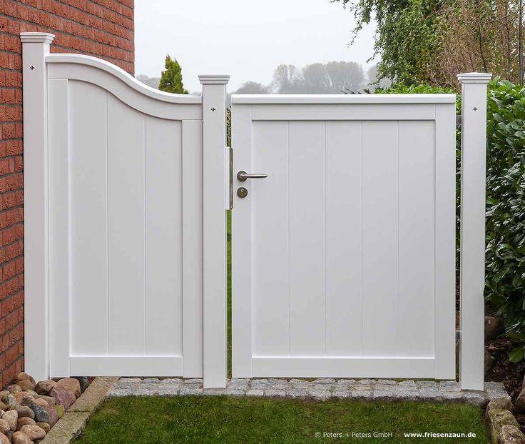 Wunderschöne Gartentür mit passendem Wandelement - ein wirkungsvoller Sichtschutz und ein stilvoller Durchgang in den hinteren Garten #Holztor #Gartentor