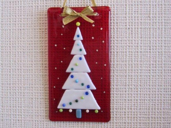 「ハンドメイドクリスマス2014」透明な赤いガラスに白いツリーを焼き付けました。赤いガラスには雪に見立てた銀箔を散らしてあります。白いガラスのツリーと飾りの丸...|ハンドメイド、手作り、手仕事品の通販・販売・購入ならCreema。