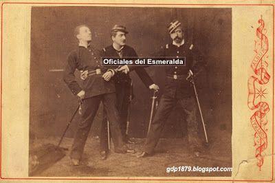 """Esta extraordinaria fotografía nos muestra a tres oficiales del batallón chileno Esmeralda, quienes posan simulando que uno de ellos atraviesa con su espada al otro. Al reverso de la foto se puede leer """"José M. Pinto Cruz, Antonio del Solar, Martiniano Sta María"""" El oficial  Martiniano Santa Maria está ubicado en la parte central.   Tomado del blog de Jonatan Saona http://gdp1879.blogspot.com/2010/09/oficiales-del-esmeralda.html#ixzz4jvI1OqQS"""
