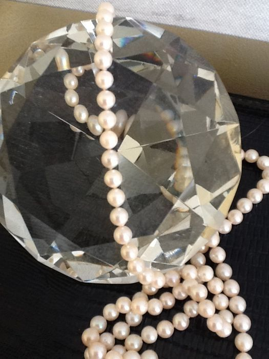 Halsketting van Akoya-parel (6-7 mm) met gouden slot en 005 ct diamant.  Akoya parelsnoer (06 / 07 in diameter).Uitstekende staat.Mooie glans.Begeleid door een originele sluiting die aan de hand van smaak kan worden toegevoegd.Zeldzame punt.Ketting lengte van 90 cm.Op de 14 karaat gouden gesp is een briljante 005 kleur H VVS vier tanden en twee mooie parels.Sluiting gewicht: 3 g.Geregistreerde verzending via Colissimo.  EUR 130.00  Meer informatie