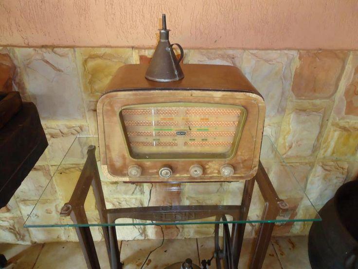 As máquinas antigas, no tempo de nossas avós costureiras, vinham com um arsenal grande, incluindo  os pés, e até gabinetes.  Hoje é tudo tã...
