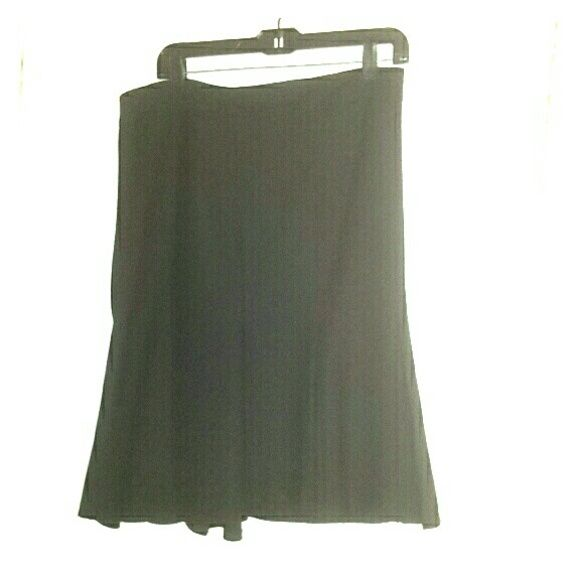 United Colors of Benetton black tulip skirt Excellent condition.  Zipper in back. Size 46 which I would say is is a 10 but you are better off checking their size chart. OFFERS WELCOMED! United Colors Of Benetton Skirts Midi