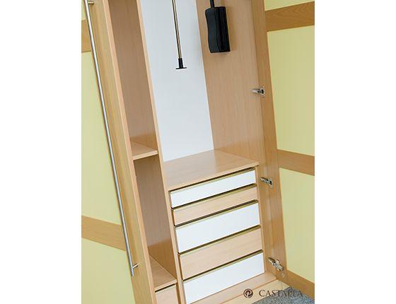 Combina diferentes materiales también en el interior de tu armario.