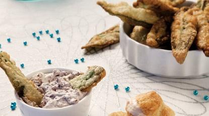 Salie-fritots met olijvendip: Tempurameel, olijven, zure room, salie, peper en zout.
