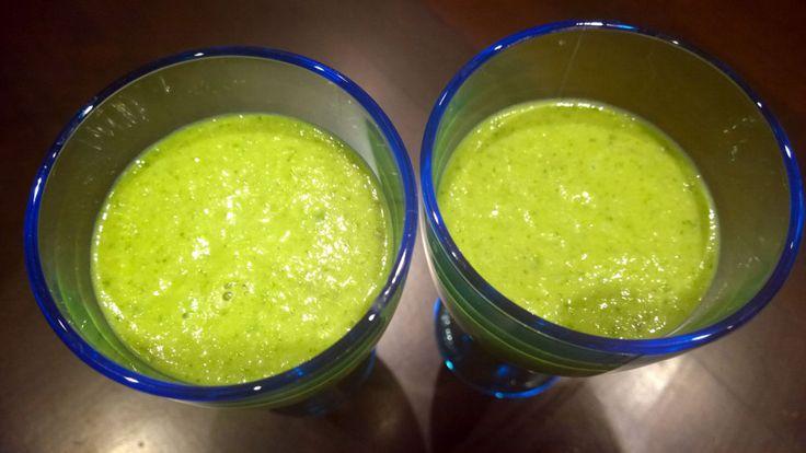 Smoothiet ja varsinkin kaikki vihreät smoothiet ja mehut ovat tällä hetkellä muodissa ja Jenkeissä jokaisen itseään kunnioittavan pitää juoda päivittäin jotain vihreää.