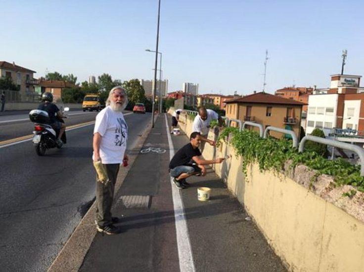 """""""Avevamo pulito il muro del ponte di San Donato due mesi fa e non ha retto, è stato ri-sporcato Cosa dobbiamo fare: arrenderci ? No. Pensiamo sia"""