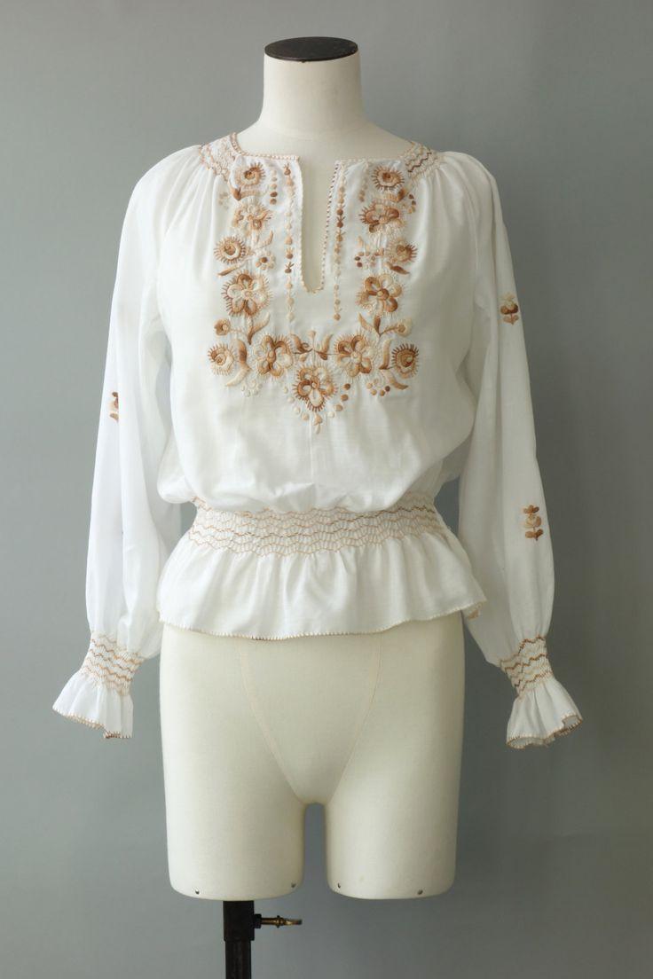 | Vintage jaren zeventig Hongaarse boerenliederen blouse. Gemaakt van zacht wit katoen en voorzien van een ongewone bruine en beige bloemen