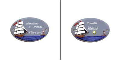 Türschild-Namensschild Segelschiff Keramik blau-grau in den Abmessungen 21x13cm. Auf Wunschist das Schild mit einem Messing Klingelknopf erhältlich. Wunchtext für die Gravur ist frei wählbar.