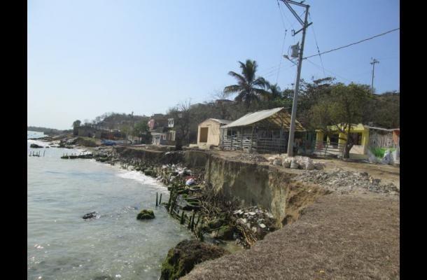 En menos de 20 años, el mar se ha tragado tres calles y 70 casas a fuerza de erosión.