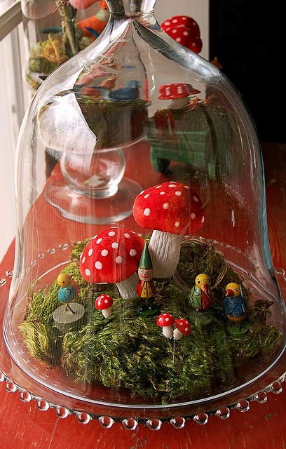 A little scene under glass. I think making something mushroomy under glass is in my future.