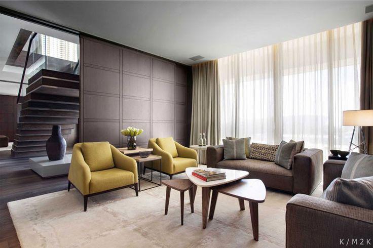 На втором этаже квартиры запроектирована большая парадная и развлекательная зона с гостиной и столовой, связанная с открытой террасой, решенной в виде деревянного помоста с бассейном, площадкой для принятия солнечных ванн и зоной барбекю. На первом этаже пентхауса находятся четыре спальни разной конфигурации и планировки с ванными комнатами и гардеробными, а также домашний кинотеатр, кабинет и детская комната.