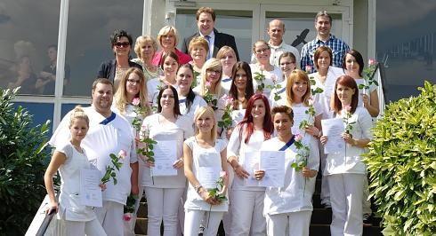 18 Auszubildende der Gesundheits- und Krankenpflege haben ihr staatliches Examen an der Krankenpflegeschule des St.-Elisabeth-Krankenhauses in Geilenkirchen bestanden. Viele glückliche Gesichter gab es bei der Übergabe der Urkunden und Zeugnisse, die nach der mündlichen Abschlussprüfung von Dr. Karl-Heinz Feldhoff überreicht wurden.