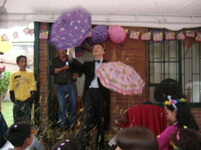 Tenemos magos profesionales expertos en hacer trucos de magia para que te diviertas en tu evento infantil llamanos al 3204948120-4119497 http://goo.gl/Zyof1Y